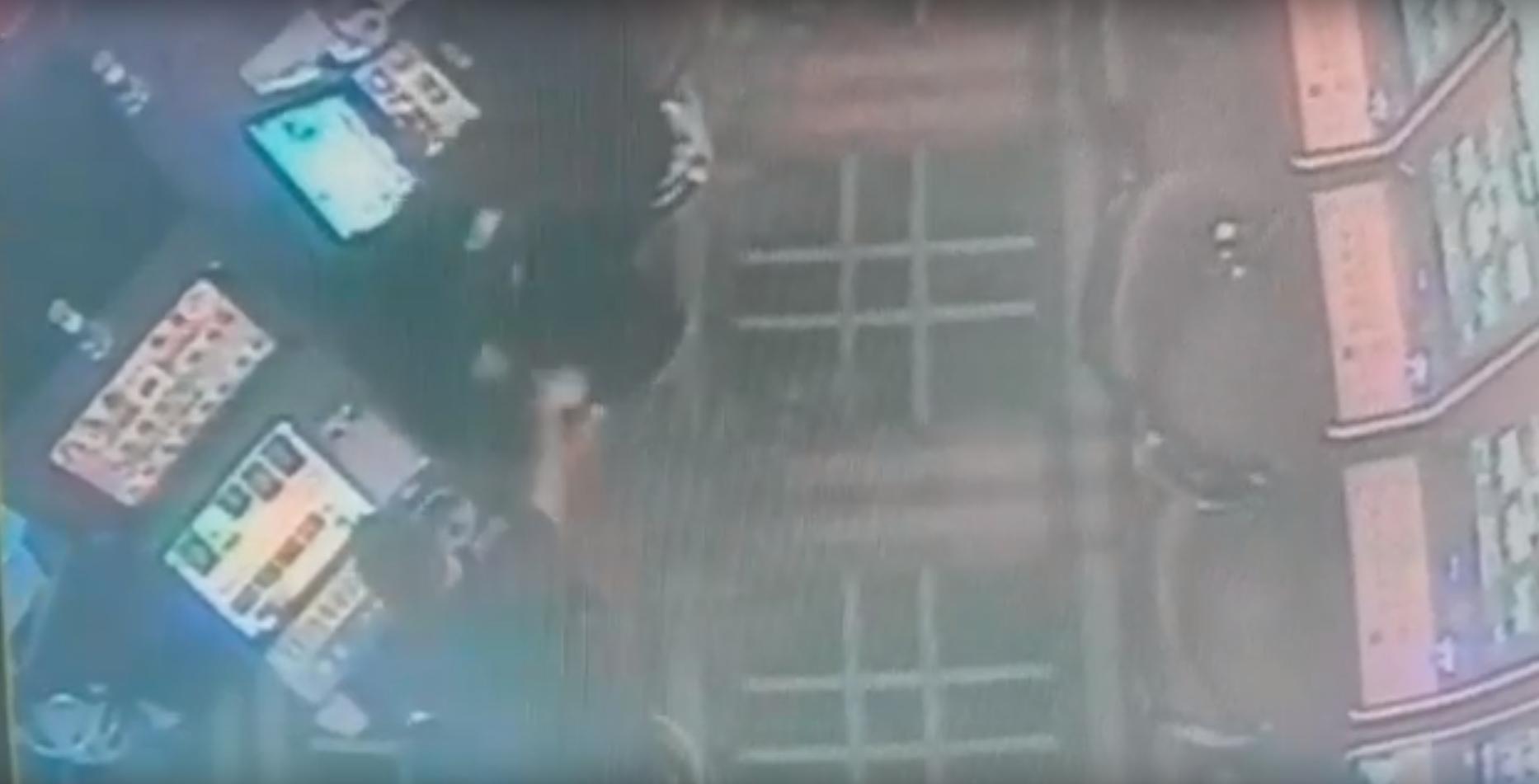 VIDEO: Cum se goleste un aparat in cateva secunde! Un grup de hoti profesionisti a bagat spaima in salile de joc din Romania